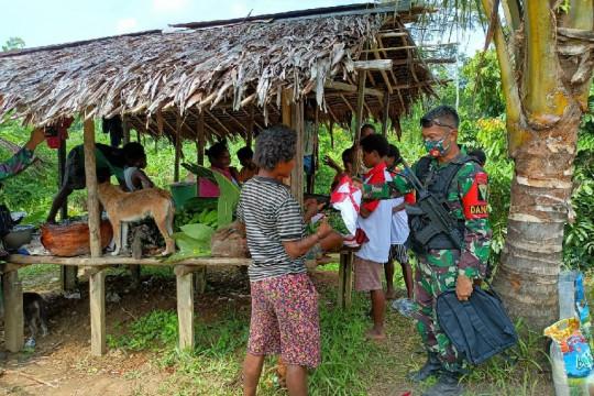 Satgas TNI bagikan baju merah putih buat warga perbatasan RI-PNG