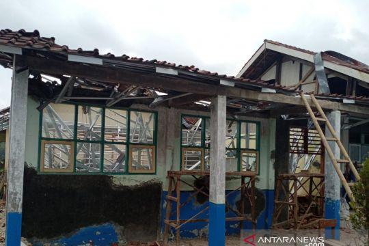 Bupati Cianjur memerintahkan inspektorat audit bangunan sekolah ambruk