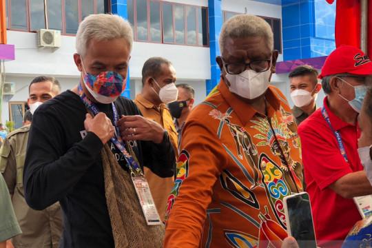 Ganjar Pranowo kunjungi atlet biliar Jawa Tengah di Timika