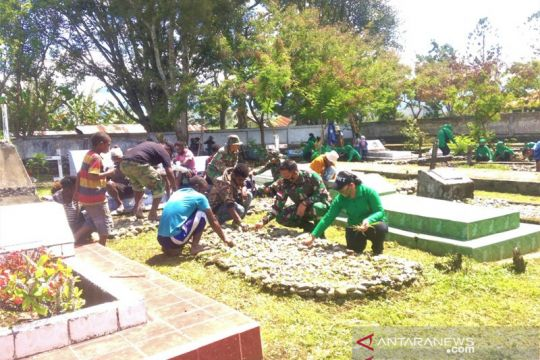 TNI-anak jalanan Jayawijaya gotong royong bersihkan TMP