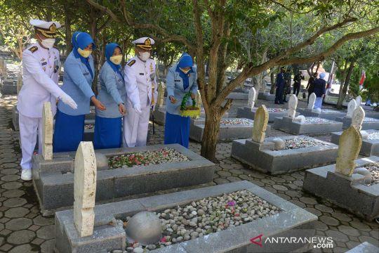 Ziarah di taman makam pahlawan sambut HUT TNI ke-76