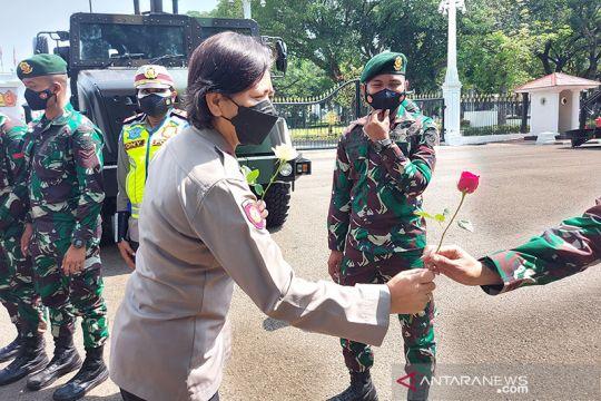 Polwan sambut HUT TNI dengan memberikan bunga ke prajurit di Istana