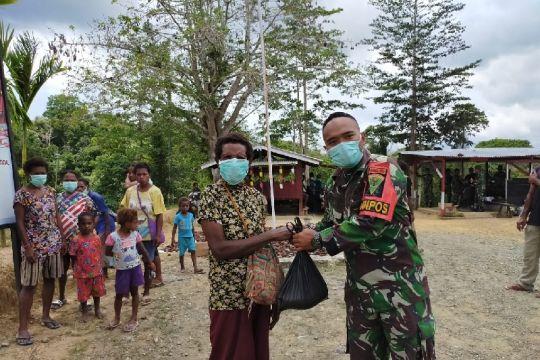 Satgas Pamtas TNI bagikan sembako bagi warga di perbatasan RI-PNG