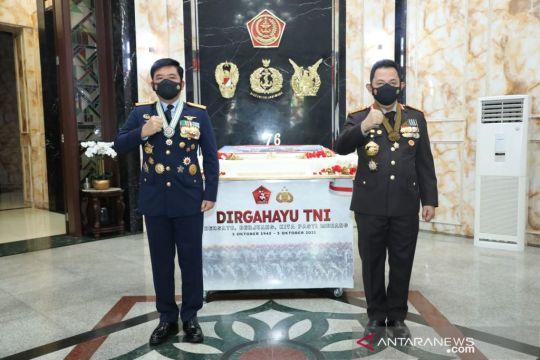 Panglima TNI terima kejutan dari Kapolri pada HUT Ke-76 TNI