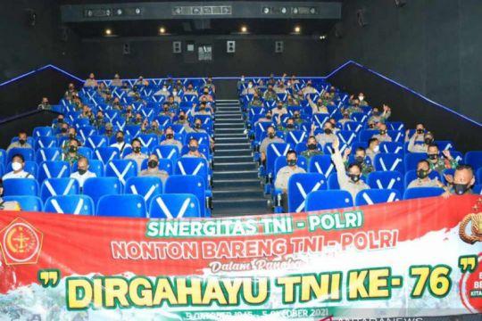 Babinsa dan Bhabinkamtibmas nonton bareng di bioskop pada HUT TNI
