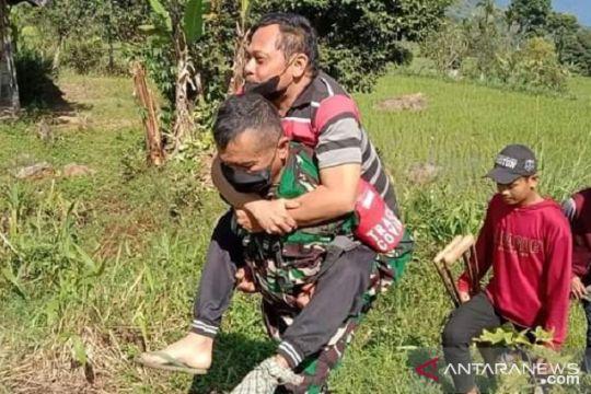 Aksi heroik Prajurit TNI gendong warga alami lumpuh saat jemput BLT