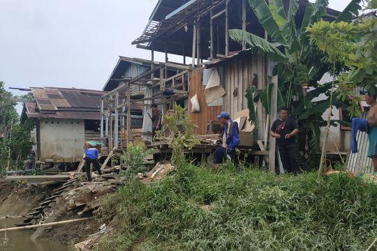 Lima rumah warga di Teluk Barak Kapuas Hulu longsor diterjang banjir