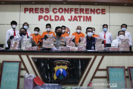 Polda Jatim tangkap 5 pengedar uang palsu di Banyuwangi