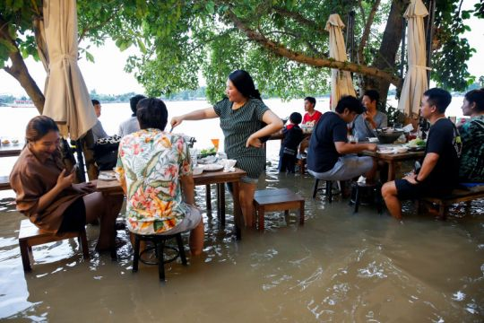 Viral restoran di Bangkok, tamu makan di tengah banjir
