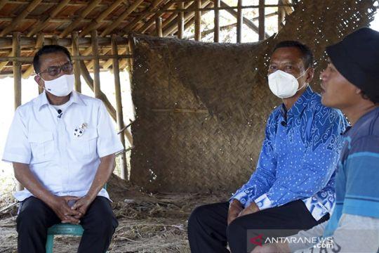 Moeldoko berdialog dengan petani garam di Desa Rawaurip Cirebon