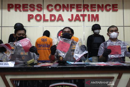 Polda Jatim tangkap pelaku penggelapan batang emas senilai Rp6 miliar