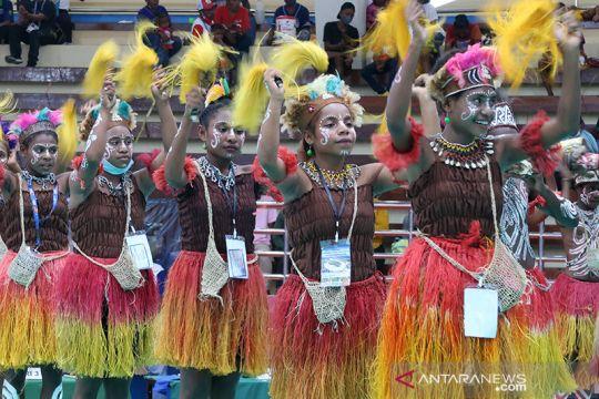 Tarian masyarakat adat Papua hibur penonton di GOR Toware