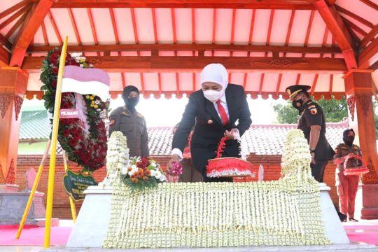 Khofifah melakukan ziarah ke Makam Gubernur Pertama Jatim