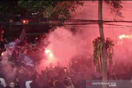 Ratusan Bobotoh aksi bakar ban dan nyalakan suar di Graha Persib