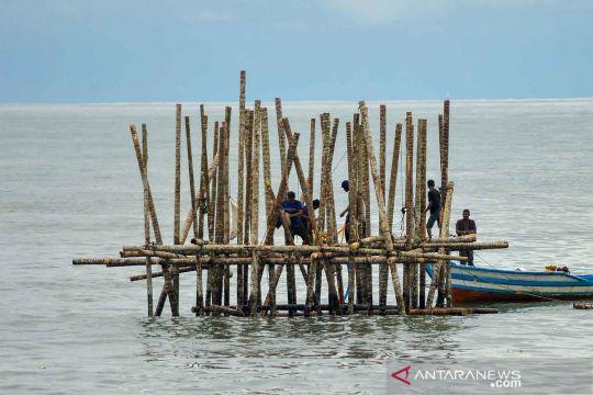 Pembangunan rambu suar Muara Pantai Padang