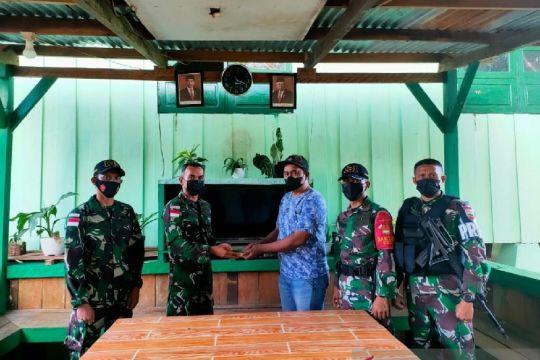 Warga perbatasan RI-PNG menyerahkan amunisi ke Satgas TNI