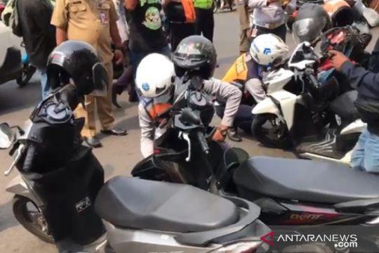 Petugas tertibkan kendaraan yang parkir liar di kawasan Kalibata City
