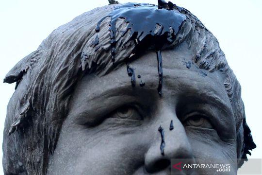 Aktivis Greenpeace lumuri patung PM Inggris Boris Johnson dengan minyak