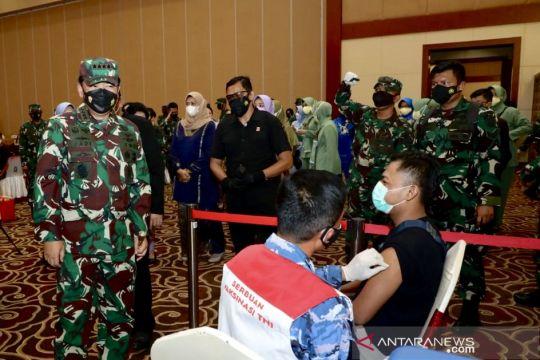 Panglima TNI tinjau vaksinasi dan serahkan BLT ke PKL di Kepri