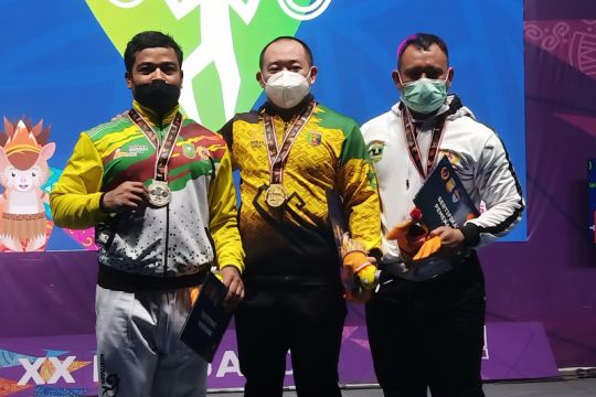 Lifter peraih emas Robi Sujianto memprotes wasit saat gagal dead lift