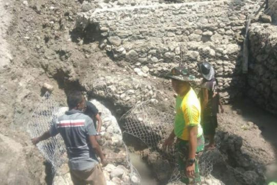 Satgas Pamtas RI-Timor Leste bantu warga bangun bak penampungan air