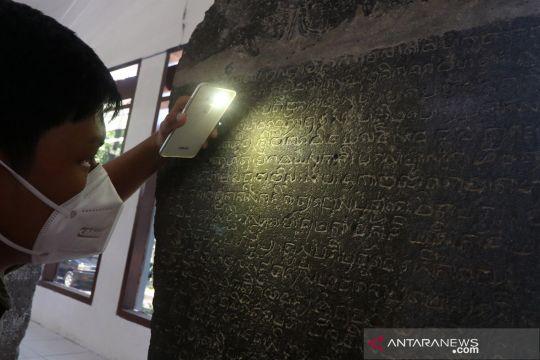 Belajar membaca prasasti di Museum Airlangga