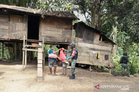 Satgas TNI bagikan sembako ke rumah warga di perbatasan RI-PNG