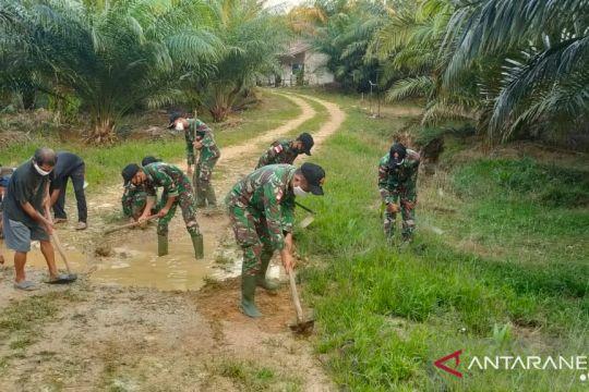TNI-warga bergotong royong perbaiki jalan rusak di batas RI-Malaysia