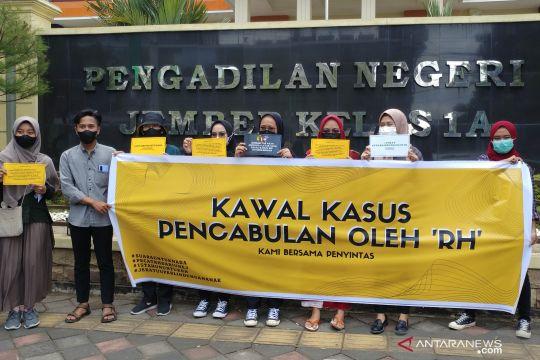 Aktivis Jember kawal sidang pencabulan anak dengan terdakwa dosen Unej