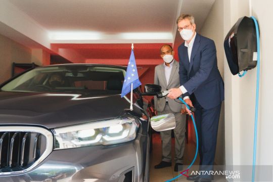 BMW Indonesia serahkan BMW 530e iPerformance kepada Delegasi Uni Eropa