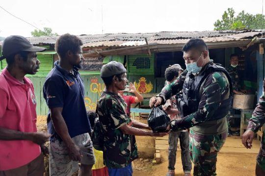 Satgas TNI bagikan sembako kepada warga Somografi di perbatasan RI-PNG