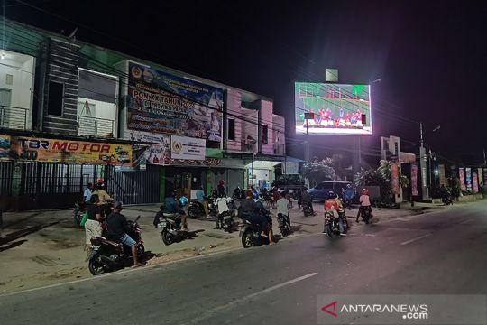 Masyarakat tonton penutupan PON Papua di pinggir Jalan Sentani