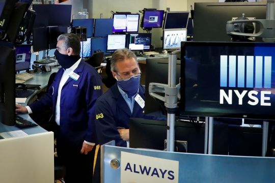 WallStreet dibuka naik di tengah laporan laba dan data ekonomi AS