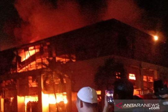 Petugas padamkan gudang Mangga Dua, gudang SiCepat tidak terbakar