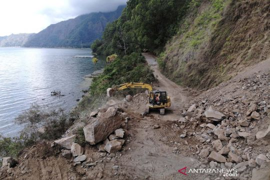 Akses jalan di Kintamani Bali tertutup longsor akibat gempa bumi