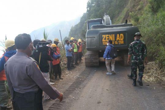 Polres Bangli dan Kodim gorong-royong buka jalan ke Trunyan