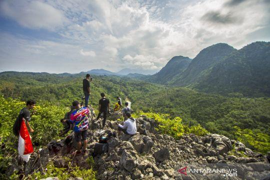 Berwisata di Bukit Batu Langara kawasan Geopark Meratus
