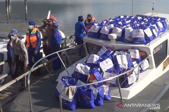 Polda Bali bagikan 100 paket sembako kepada warga Trunyan pascagempa