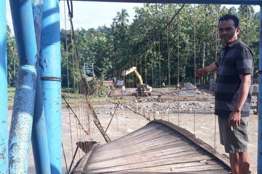 Empat jembatan gantung di OKU Sumsel rusak berat akibat banjir bandang