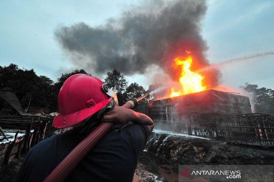 Kebakaran tempat penyulingan minyak mentah ilegal