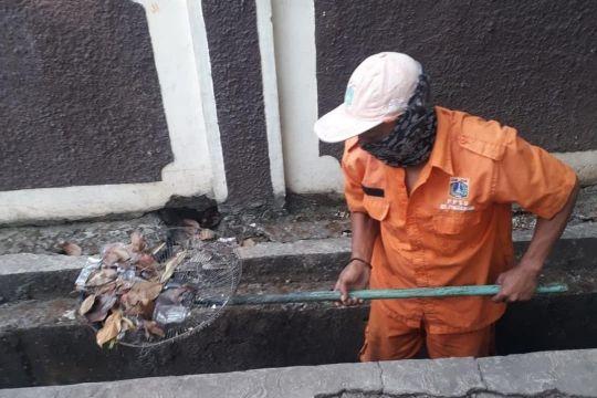 Kelurahan Penggilingan bersihkan saluran air-pangkas pohon