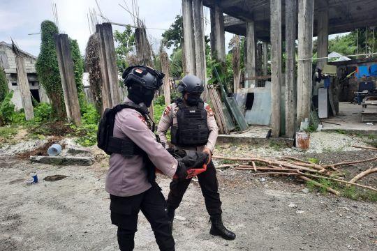 Tim Jibom mengevakuasi mortir dari permukiman warga Manokwari
