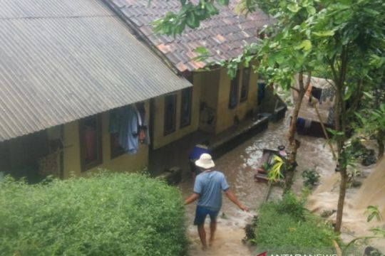Diminta siaga banjir, warga Cianjur segera mengungsi jika debit naik