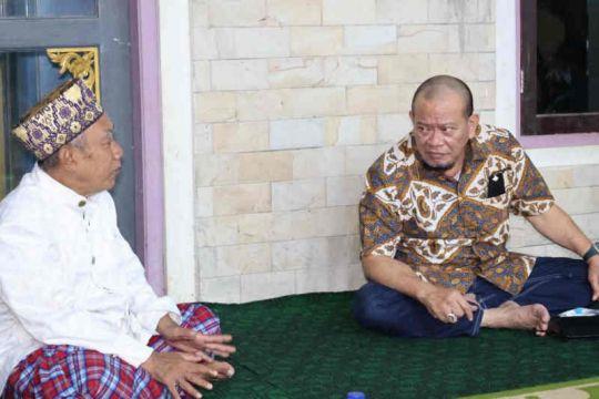 Ketua DPD RI bagikan sajadah saat silaturahim ke Pesantren Cibogo