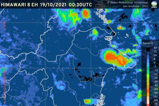 Hujan lebat disertai kilat dan angin kencang landa sebagian Indonesia