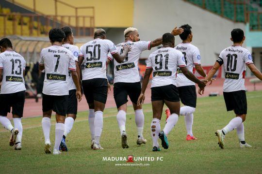 Sembari berkompetisi, pemain Madura United sempatkan berbagi rezeki