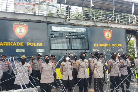 Massa BEM bergerak ke Istana, polisi tutup Jalan Merdeka Barat