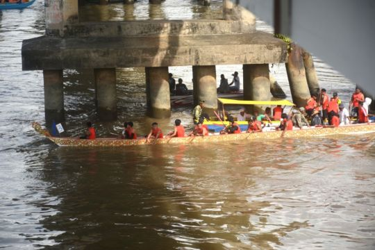 Antusias, warga Bulungan saksikan lomba perahu naga
