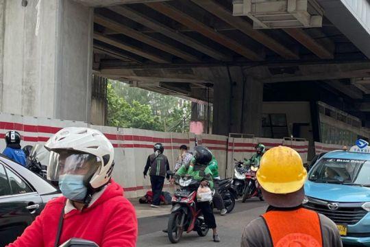 Seorang pekerja terjatuh di proyek LRT kawasan Kuningan