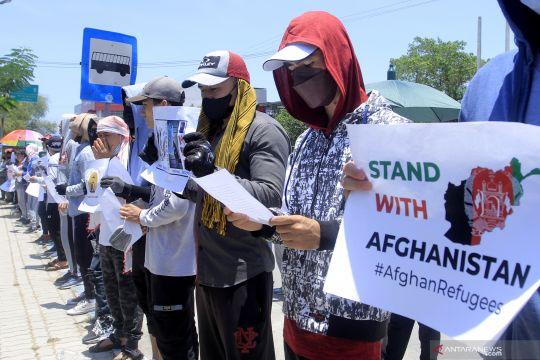 Pengungsi Afghanistan berunjuk rasa di depan Kanwil Kemenkumham NTT